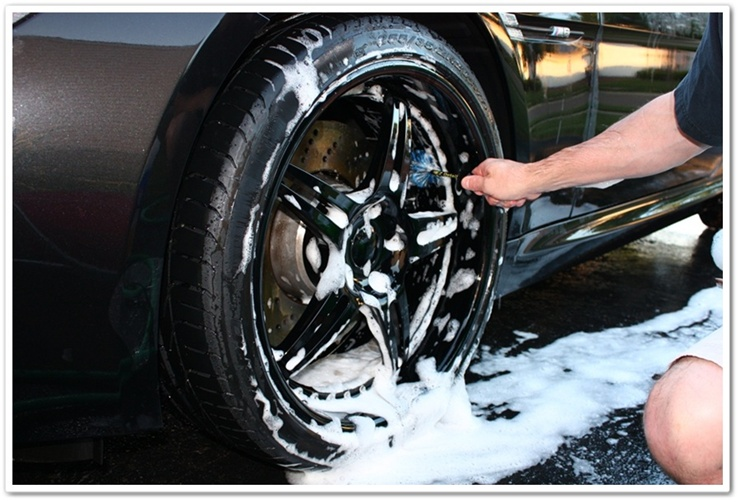 Cleaning BMW M6 calipers with Mini E-Z Detail Brush