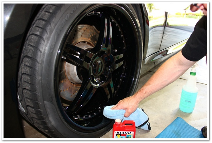 Polishing HRE wheels on a BMW M6 with Klasse All In One